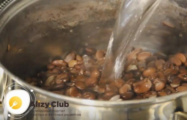 Сливаем с фасоли воду и добавляем горячую.