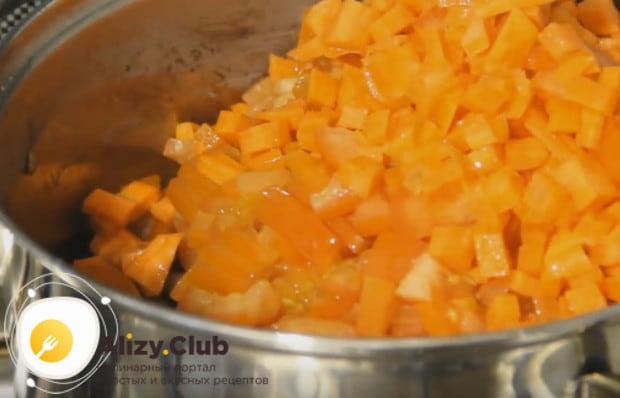 Сразу же выкладываем в кастрюлю нарезанные помидор и морковку.