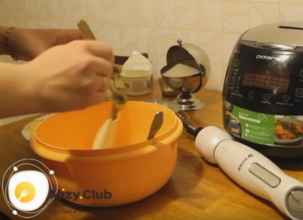 В удобной большой миске смешиваем творог с манкой и сахаром.