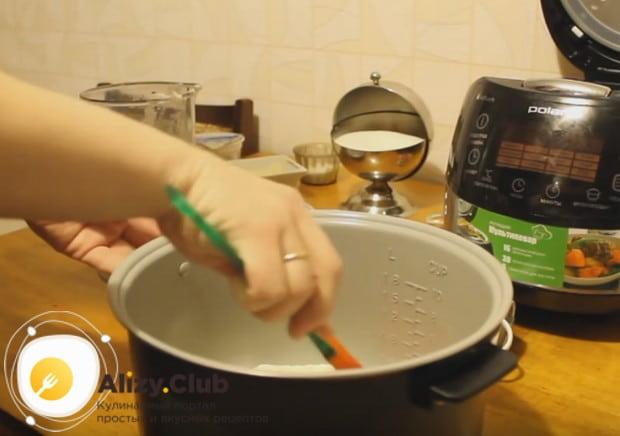 Выкладываем подготовленное тесто и разравниваем его в чаше лопаткой.