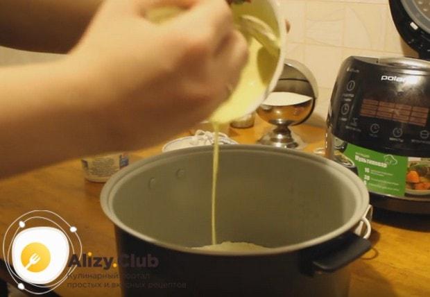 Сверху заливаем запеканку смесью желтка и сметаны.