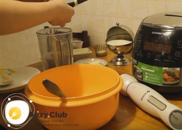 Отделяем белки от желтков и последние отправляем в тесто.