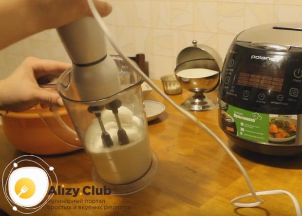 Белки взбиваем со щепоткой соли в пышную массу.