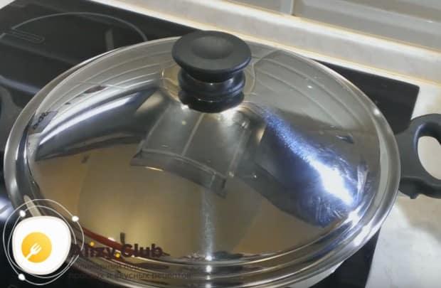 Запеканка на сковороде без духовки обязательно должна готовиться под крышкой.