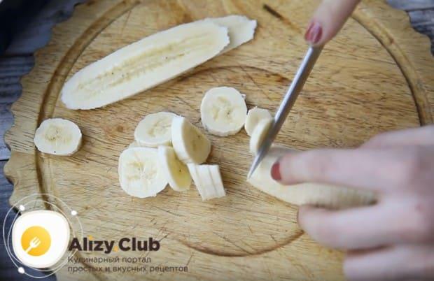Банан для приготовления творожно-банановой запеканки в духовке нарезаем кружочками и делаем несколько больших пластинок.