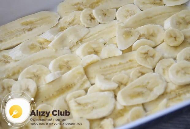 На дно формы для выпечки укладываем слой бананов.