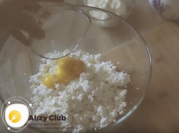 Разделив яйца на белки и желтки, отправляем желтки к творогу.