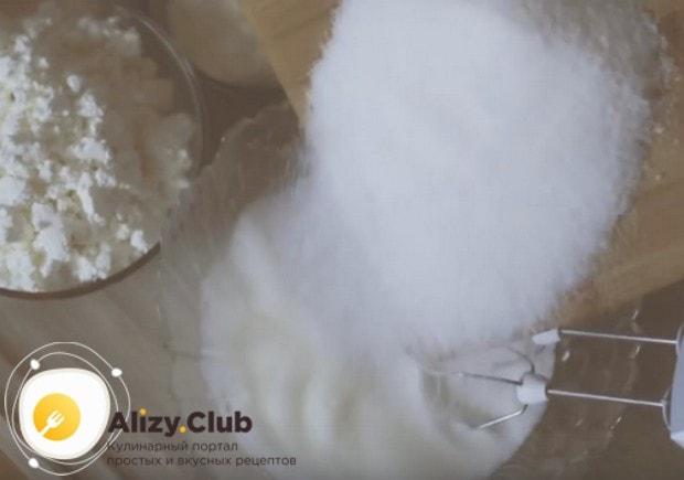 Белки взбиваем и постепенно добавляем к ним сахарную пудру.