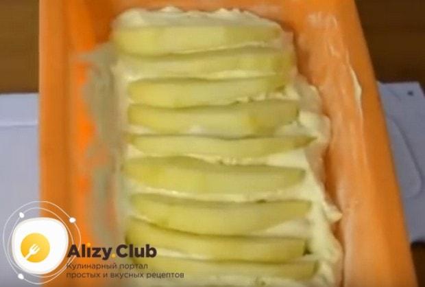 Верх запеканки украшаем дольками яблок.