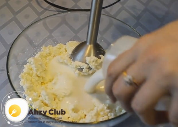 Перебив творог с сахаром погружным блендером, добавляем в массу кефир и перемешиваем еще раз.