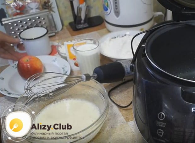 Взбиваем яйца с сахаром до пышности.