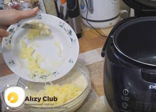 Добавляем в тесто яблоко и хорошенько перемешиваем.