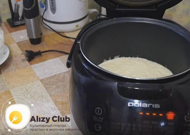 Выливаем тесто в чашу мультиварки, смазанную остатками масла.