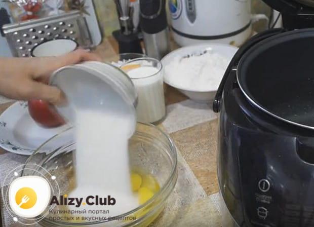 К яйцам высыпаем сразу весь сахар, требующийся для приготовления кекса.