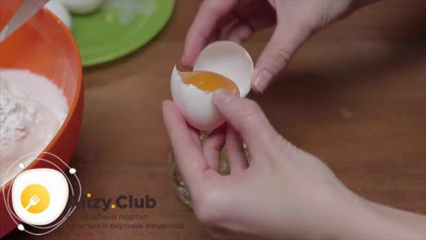 Необходимо взять 5 куриных яиц