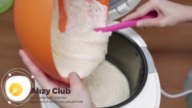 Чашу мультиварки необходимо смазать сливочным маслом