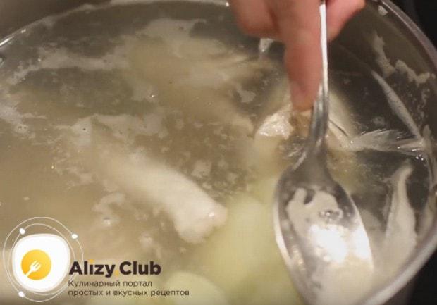 Помните, что в любом рецепте приготовления ухи дома очень важно снимать с рыбного бульона пену.