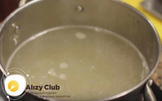 Кладем в бульон картофель и доводим до кипения.