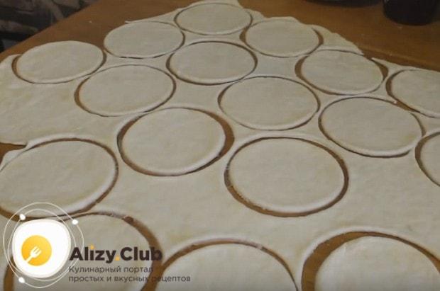 раскатываем тесто в тонкий пласт и стаканом вырезаем из него кружочки.