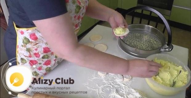 Положите в каждый по 1 ст. л. картофельного пюре