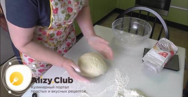 Разделите тесто на 4 приблизительно равные части