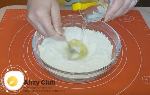 Тесто для вареников с клубникой готовим на воде.