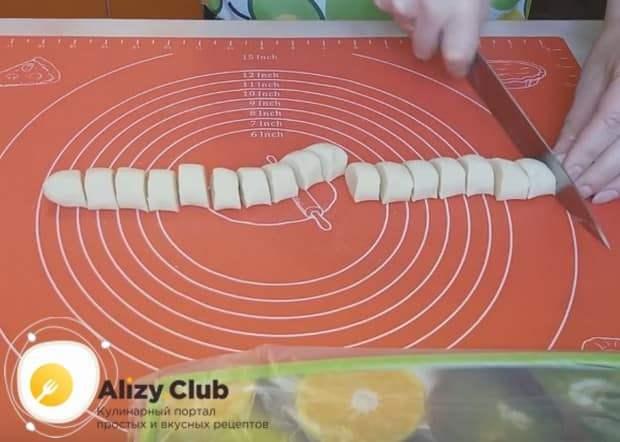 Формируем из теста колбаску и нарезаем ее на одинаковые кусочки.