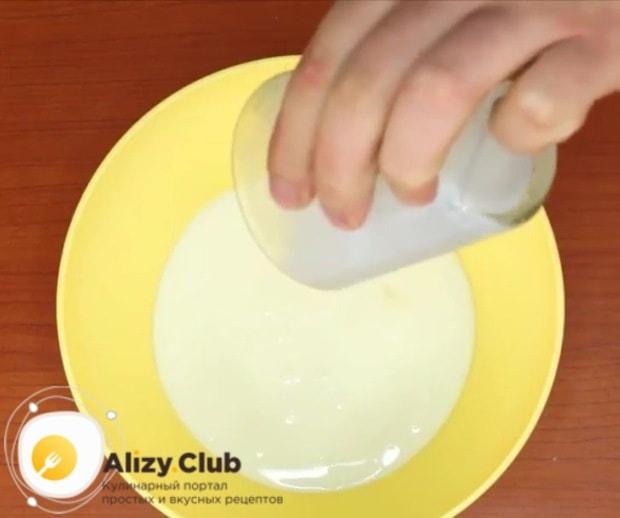 Влейте в миску стакан простокваши