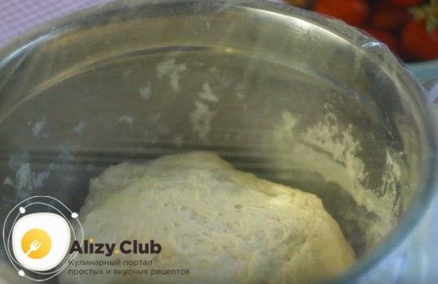 Оставляем тесто отдохнуть, затянув миску пищевой пленкой.