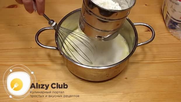 Добавьте муку для приготовления теса для вареников с творогом.
