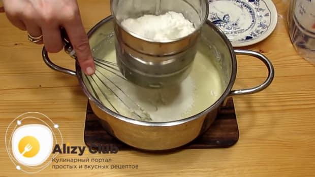 Добавьте оставшуюся муку для приготовления вареников с творогом.