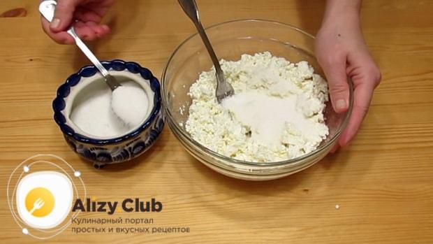 Приготовьте творожную начинку для вареников.