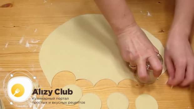 Перед тем как сделать вареники с творогом, раскатайте тесто.