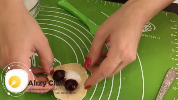 Выложите начинку на тесто для приготовления вкусных вареников с вишней
