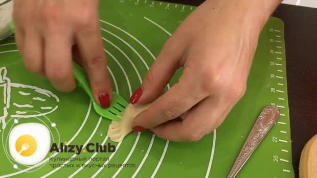 Залепите изделия вилкой для приготовления вкусных вареников с вишней