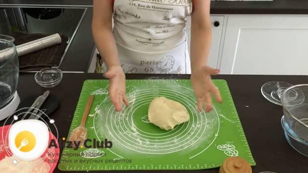 Замесите тесто на воде для приготовления в  вареников с вишней по простому рецепту.