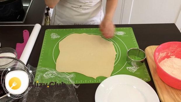 Раскатайте тесто для приготовления вкусных вареников с вишней