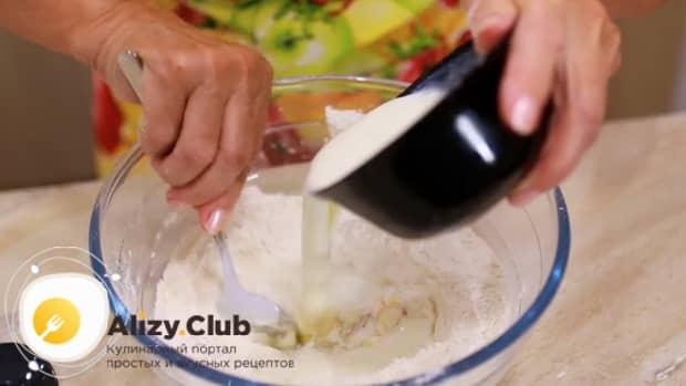 Смешайте ингредиенты для приготовления теста на вареники с вишней.
