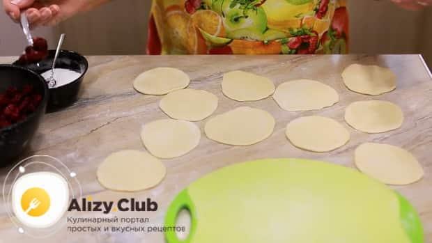 Раскатайте тесто для приготовления вареников с вишней.