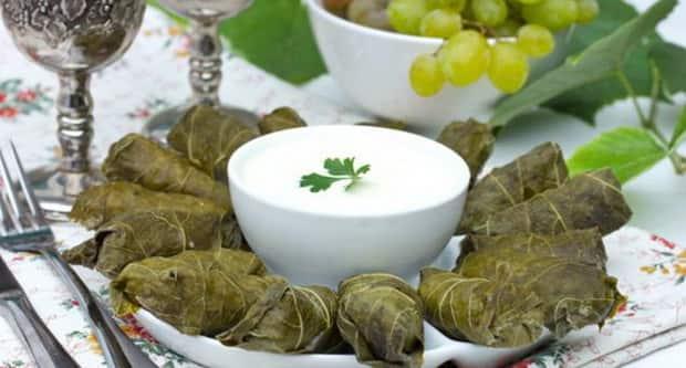 Подайте соус вместе с долмой приготовленной со свежими виноградными листьями, по простому рецепту.