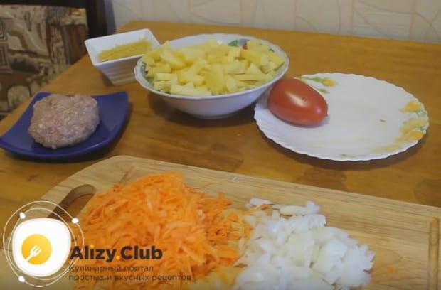 Режем мелко лук и натираем на терке морковку.