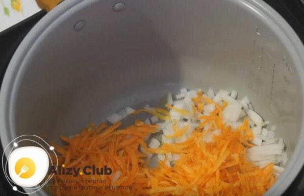 Выкладываем измельченные овощи в чаш мультиварки и обжариваем до мягкости.