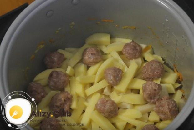 Сверху на картофель выкладываем сформированные фрикадельки.