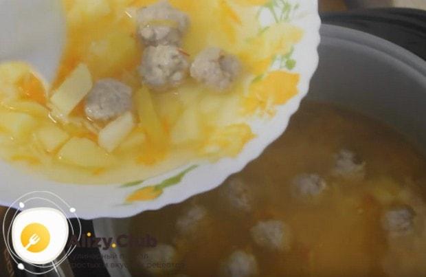 Вермишелевый суп с фрикадельками в мультиварке получается очень нежным и легким.