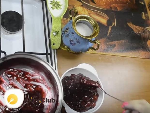 За счет густоты такая начинка из вишни для пирожков не будет вытекать из них.