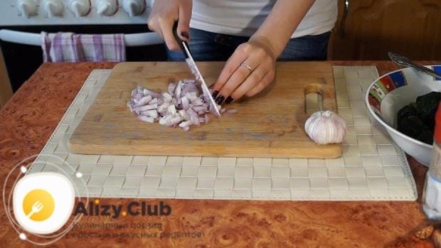 Очищаем 3-4 зубчика чеснока и мелко измельчаем ножом