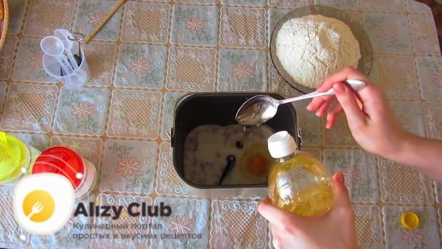В жидкую смесь вливаем 45 миллилитров подсолнечного масла