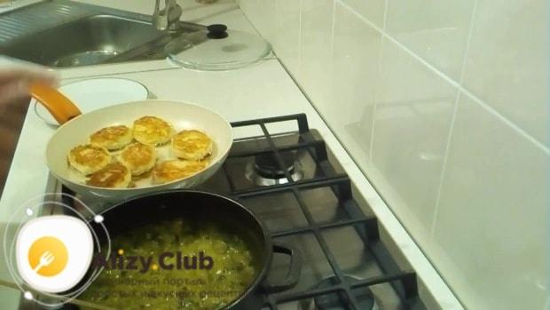 Разогреваем сковородку, вливаем 4 ложки растительного масла