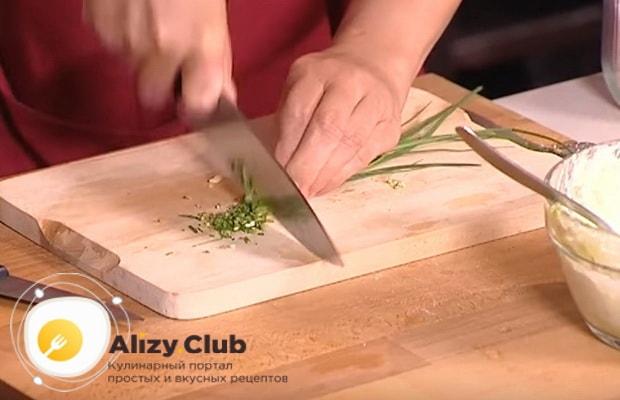 очень мелко нарезаем зеленый лук
