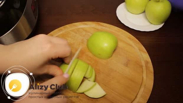 Перед тем как приготовить пирог с яблоками в мультиварке, нарежьте яблоки.